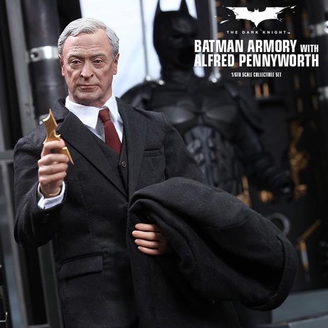 Batman Armory mit Alfred Pennyworth
